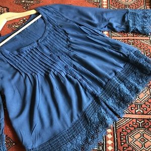 American Eagle blue peasant blouse with lace
